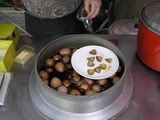 還在鍋裡熟滾的藥膳蛋,那一鍋中藥滷汁可是下了重本的十全大補藥材