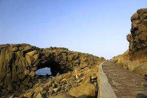 小門鯨魚洞的海蝕門地形