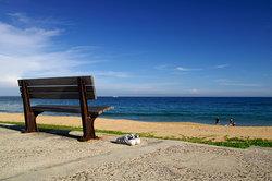 從海堤的木椅上頭俯瞰山水沙灘,總是有著更多慵懶的度假情調