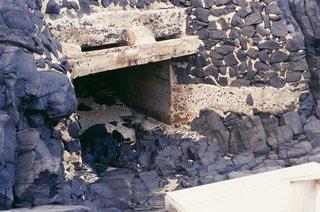 這就是日本人挖的防空洞,深約50公尺,兩個洞口一進一出,洞口狹窄而洞內寬敞